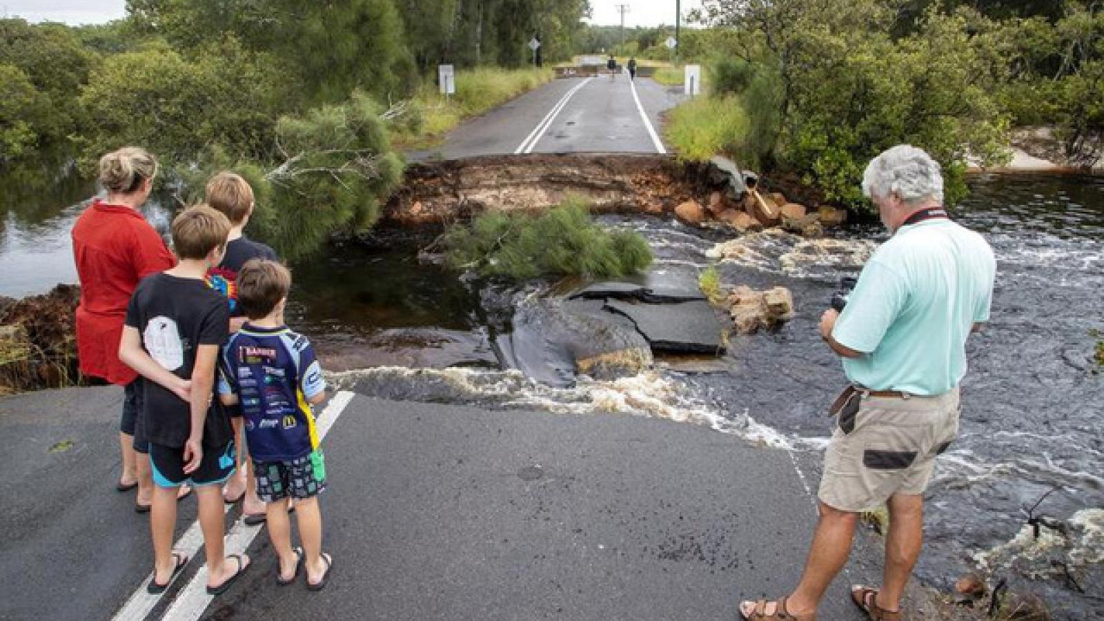 Hàng trăm người dân Australia phải đi sơ tán khẩn cấp do mưa lũ kéo dài