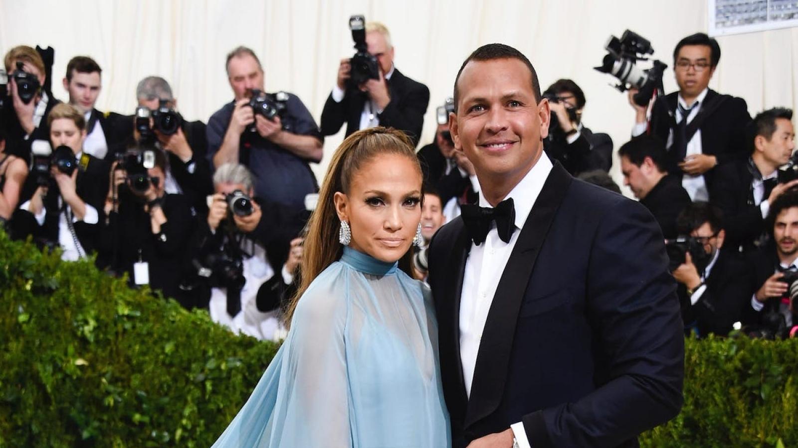 """Phủ nhận chia tay, Jennifer Lopez và Alex Rodriguez nói """"đang giải quyết vài vấn đề"""""""