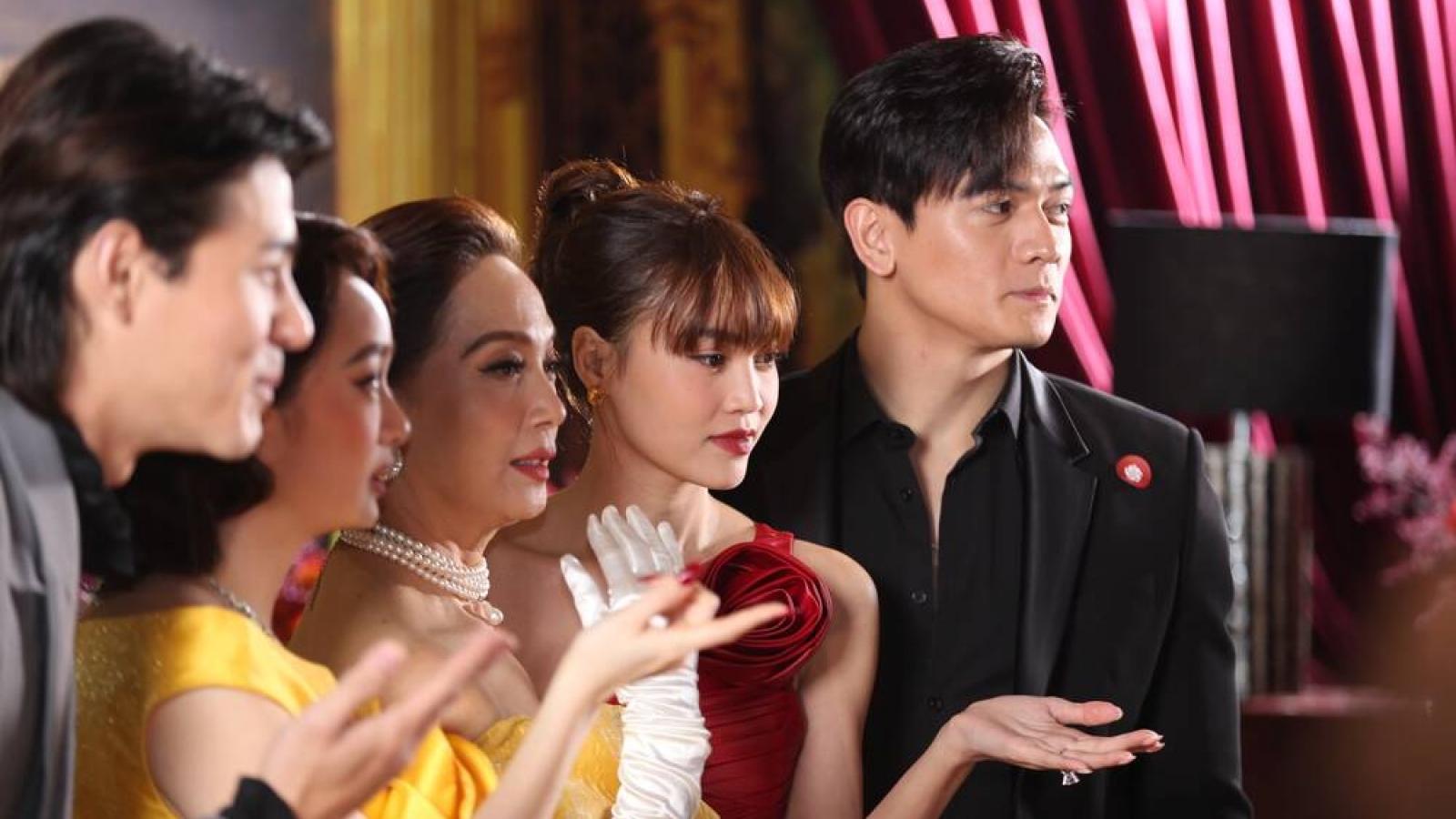 Chuyện showbiz: Ninh Dương Lan Ngọc đeo nhẫn kim cương ở ngón áp út, nghi vấn được cầu hôn