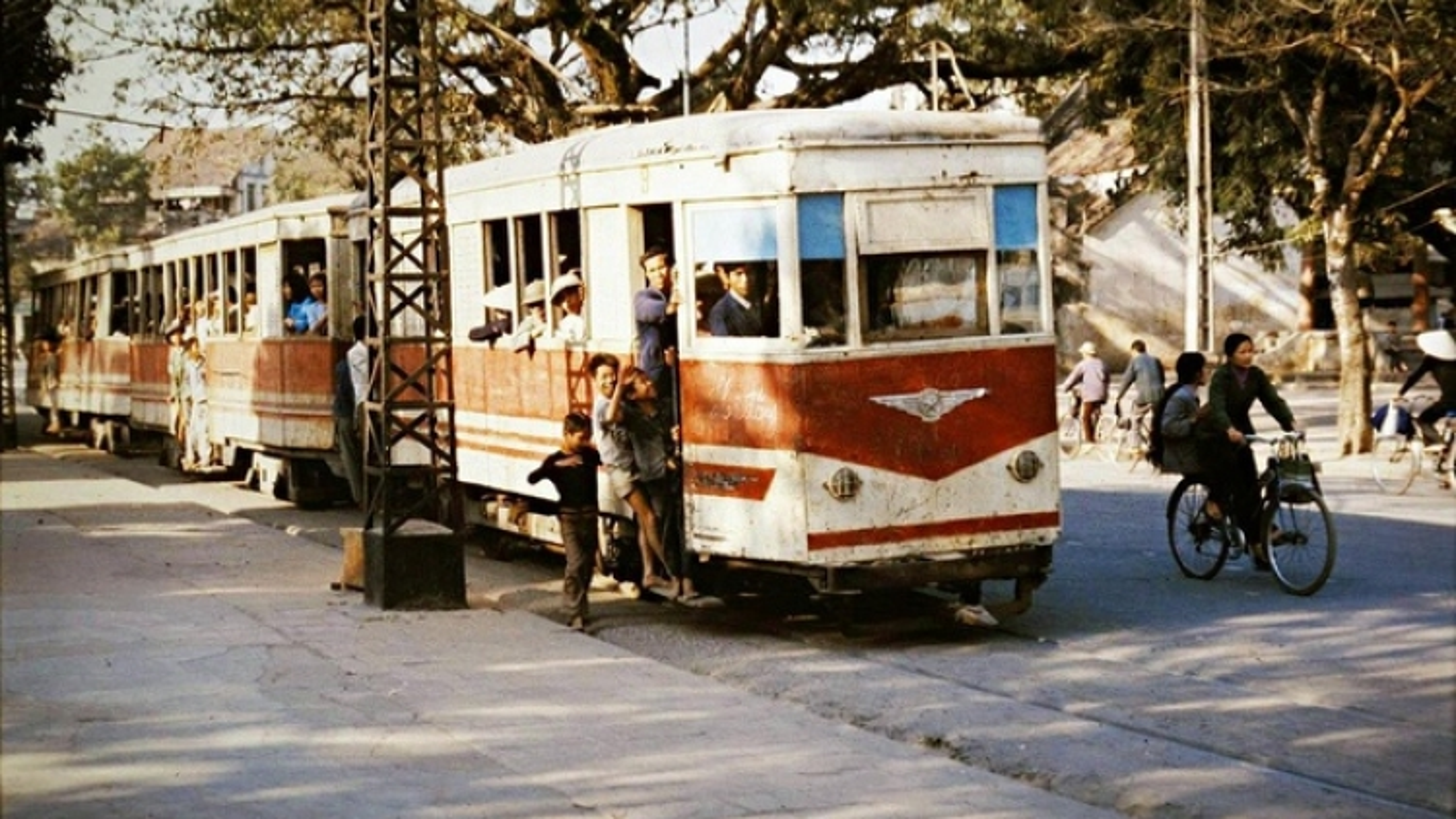 Model tram brings back feelings of a bygone era in Hanoi