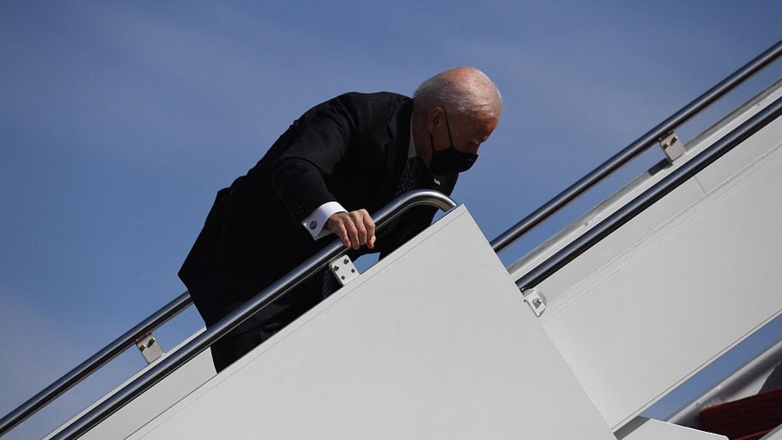 Tổng thống Biden liên tục vấp ngã khi bước lên chuyên cơ Không lực Một