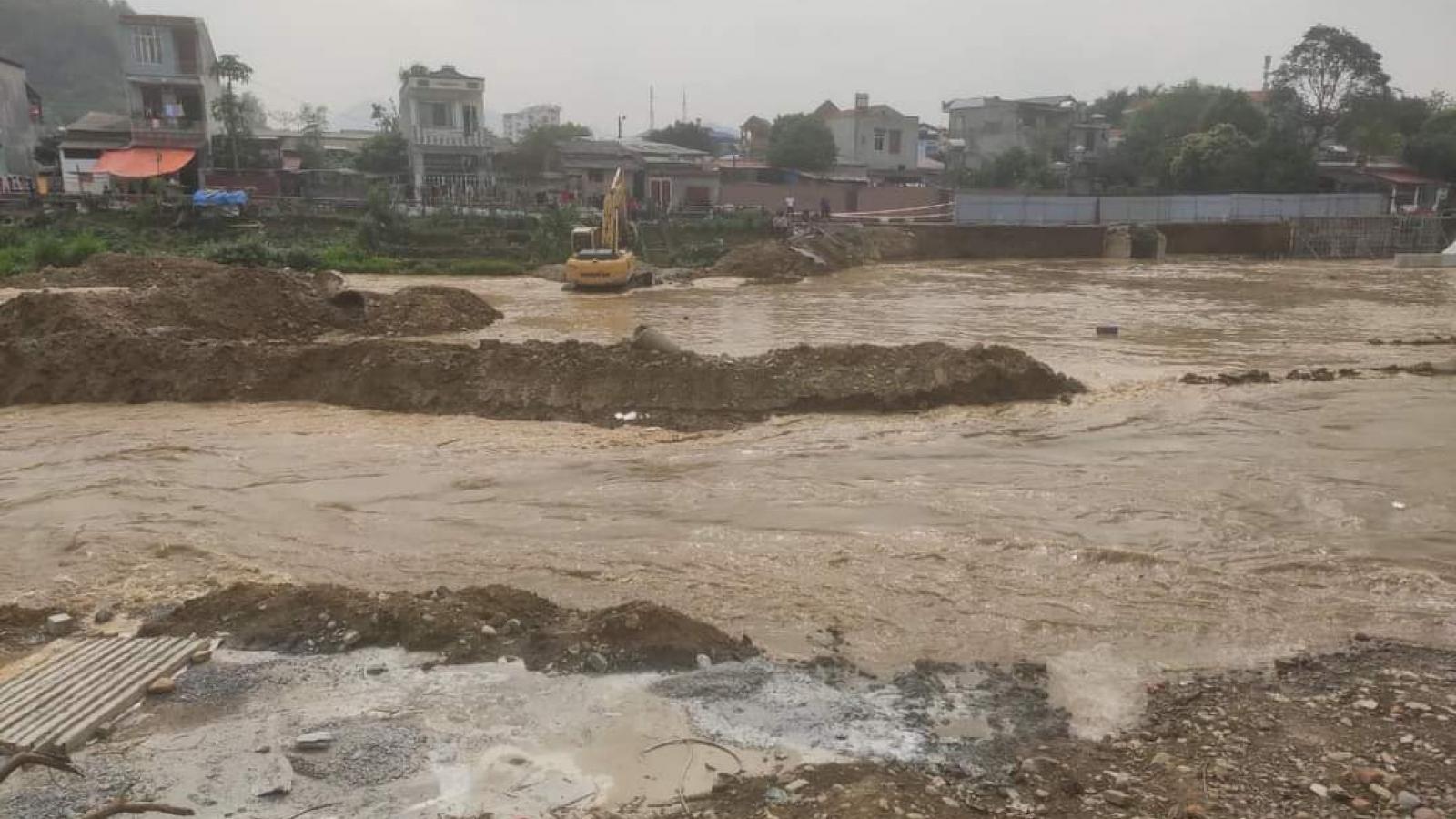 Hàng chục công nhân tháo chạy vì lũ bất thường trên sông Cầu