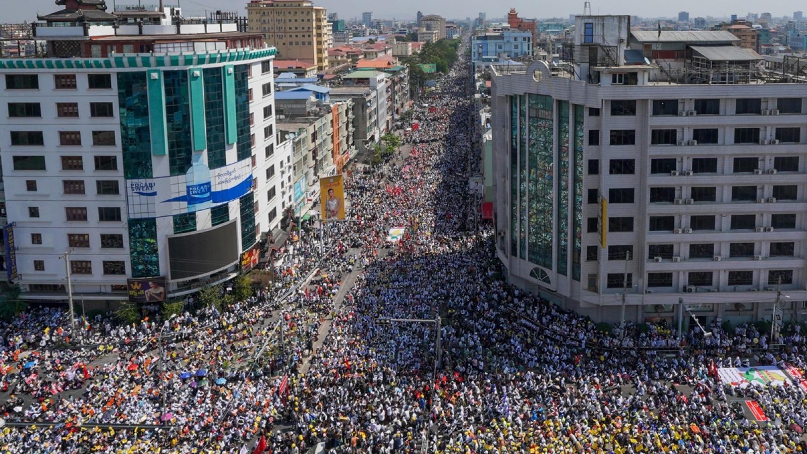 Doanh nghiệp Trung Quốc bác tin rút nhân viên ở Myanmar về nước