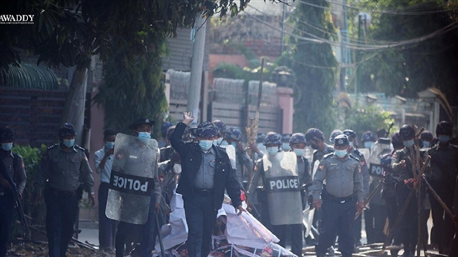 Hơn 600 cảnh sát tham gia biểu tình cùng dân Myanmar