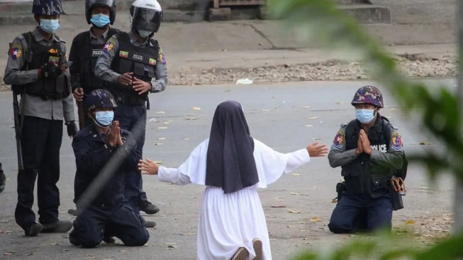 Nữ tu sĩ quỳ gối xin cảnh sát Myanmar không bắn người biểu tình
