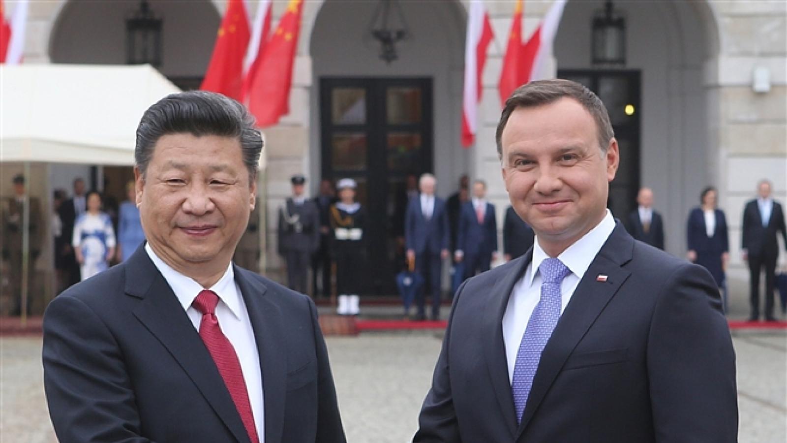 """Vaccine đang trở thành """"món hàng ngoại giao"""" giữa Trung Quốc và Ba Lan?"""