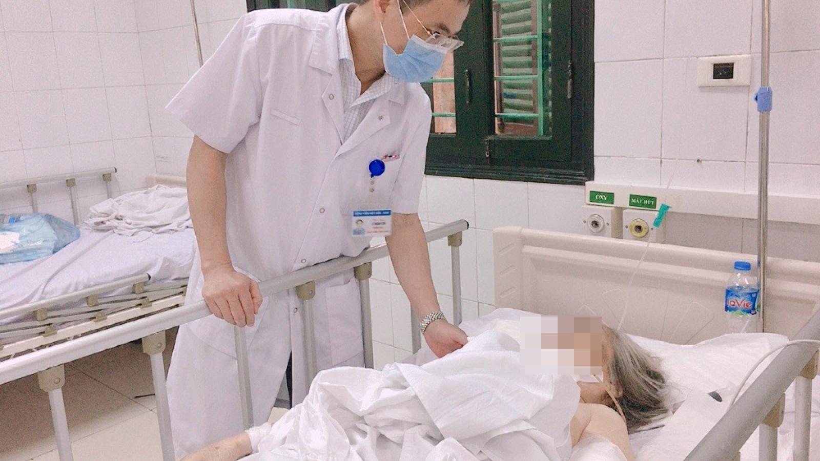 Cụ bà 87 tuổi ở Hà Nội bị chó Bully 30kg cắn nát cẳng tay