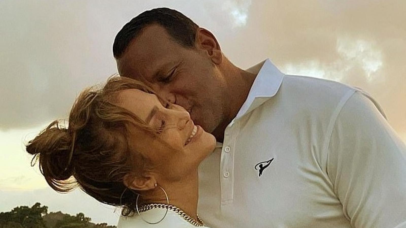 Jennifer Lopez ngọt ngào ôm tình trẻ sau quyết định hủy đám cưới