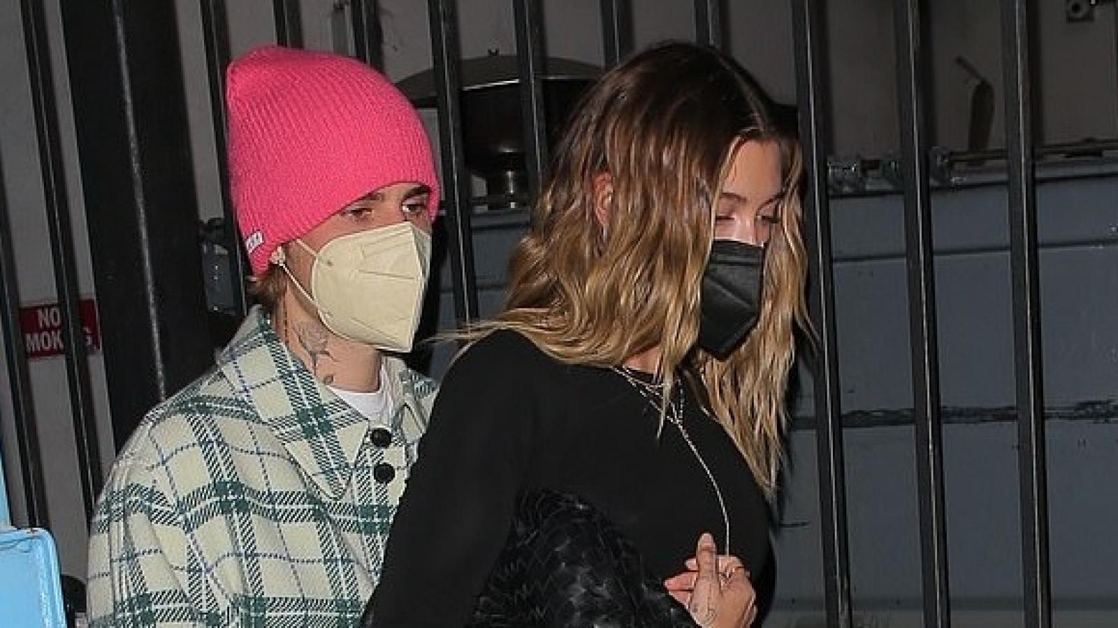 Justin Bieber tình tứ ôm vợ, hẹn hò ăn tối lãng mạn tại nhà hàng