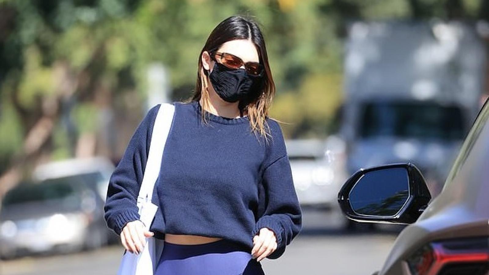Kendall Jenner một mình sải bước trên phố sau tin đồn chia tay