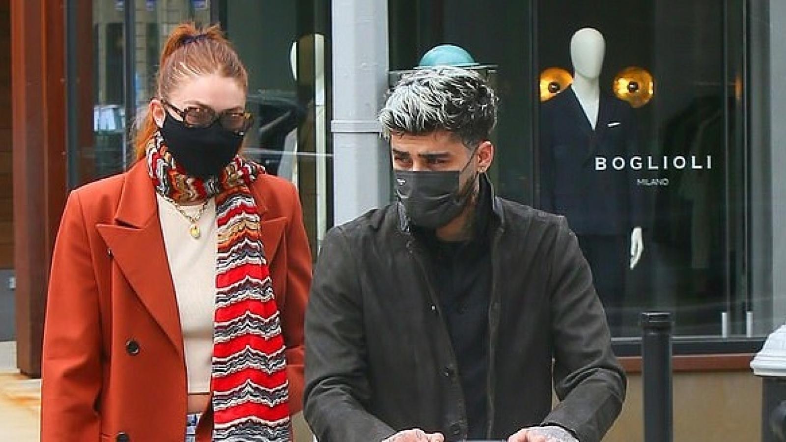 Gigi Hadid và bạn trai Zayn Malik tình tứ đưa con gái cưng đi chơi