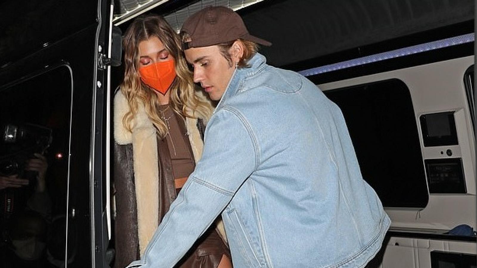 Justin Bieber chăm sóc vợ chu đáo tại tiệc mừng album mới