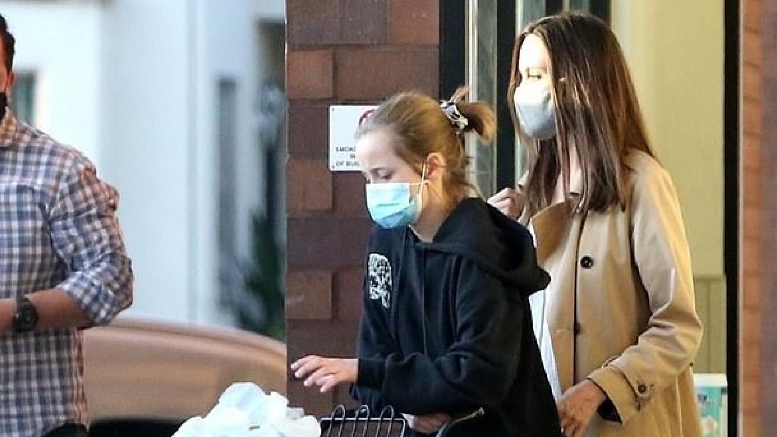 Angelina Jolie đi mua sắm cùng con gái cưng sau khi tố Brad Pitt dùng bạo lực gia đình