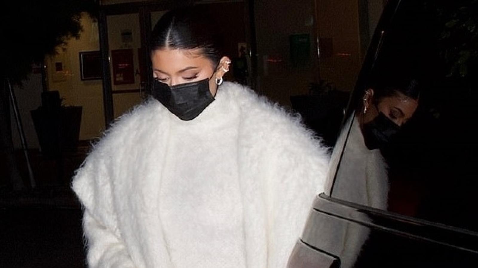 Kylie Jenner diện đồ hiệu tinh tế đi ăn tối cùng bạn bè