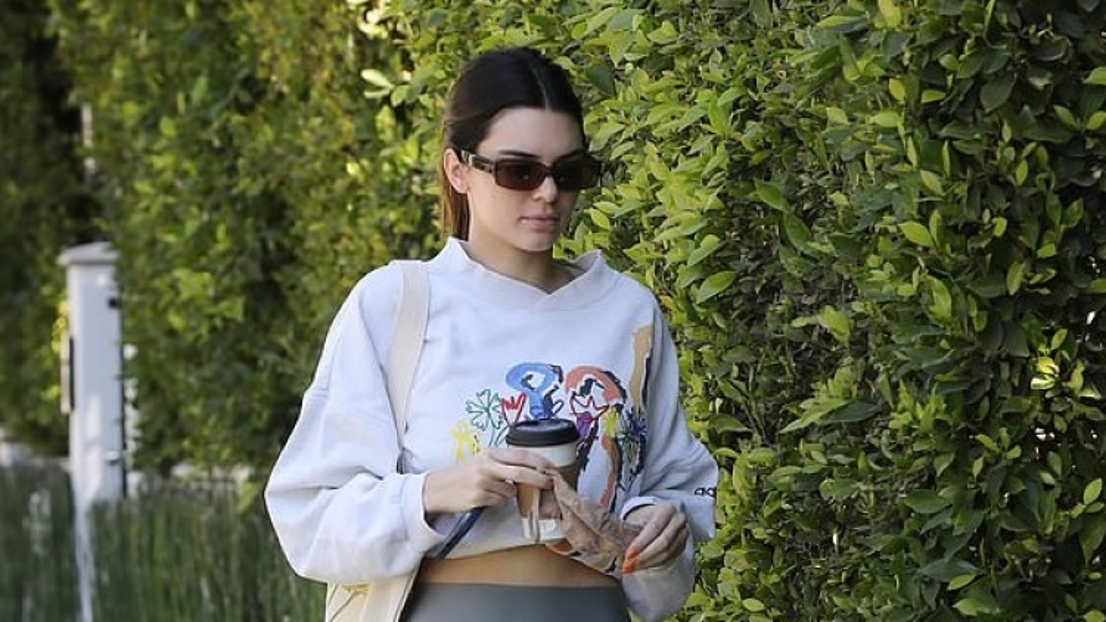 Kendall Jenner khoe cơ bụng săn chắc ra phố cùng bạn thân Hailey Baldwin