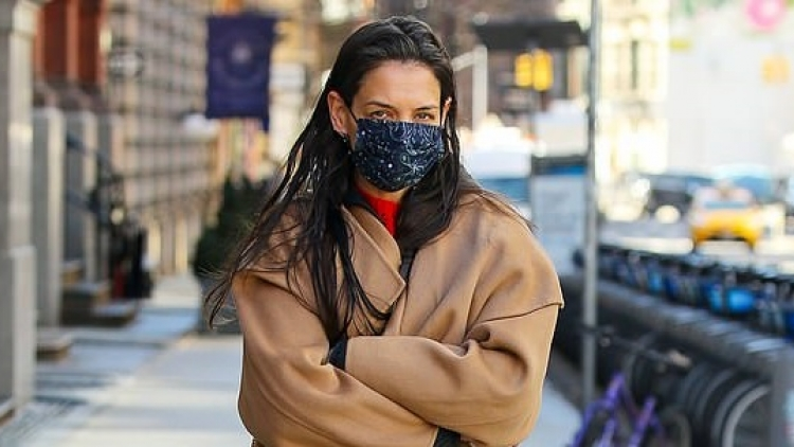 Katie Holmes cô đơn sải bước trên phố trong tiết trời giá lạnh