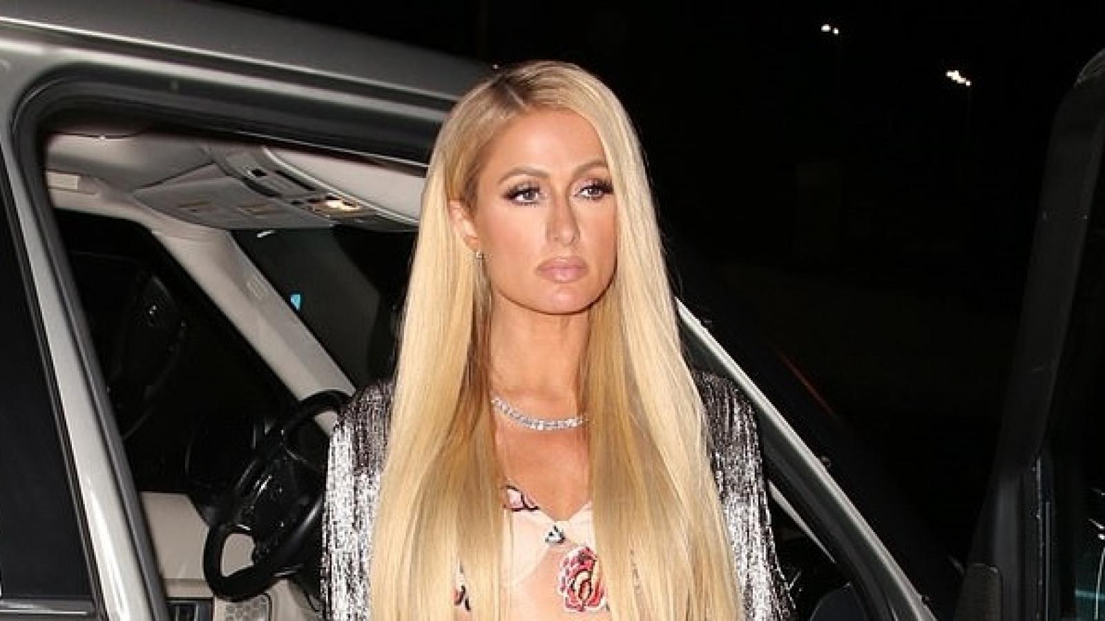 Paris Hilton trang điểm màu nude xinh đẹp đi ăn tối cùng hôn phu