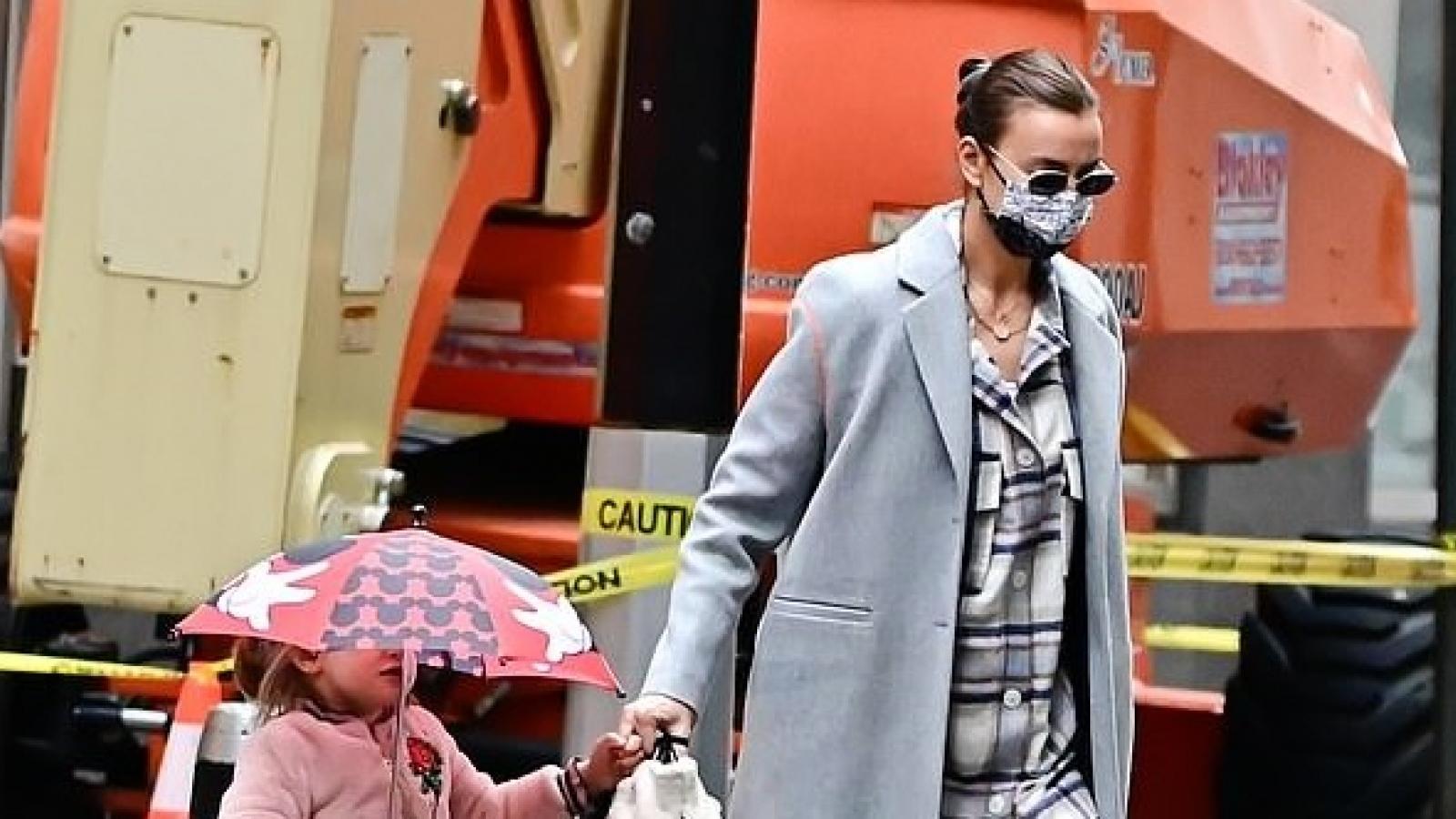 Siêu mẫu Irina Shayk sành điệu đưa con gái cưng đi chơi
