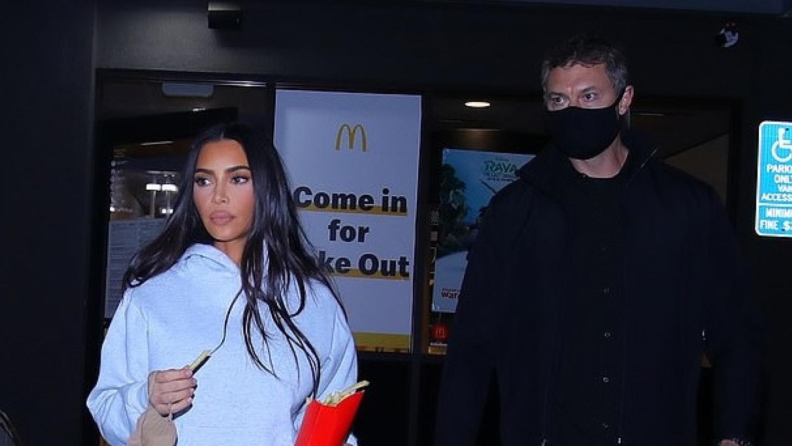 Kim Kardashian trang điểm lạ mắt khi ra phố lúc tối muộn