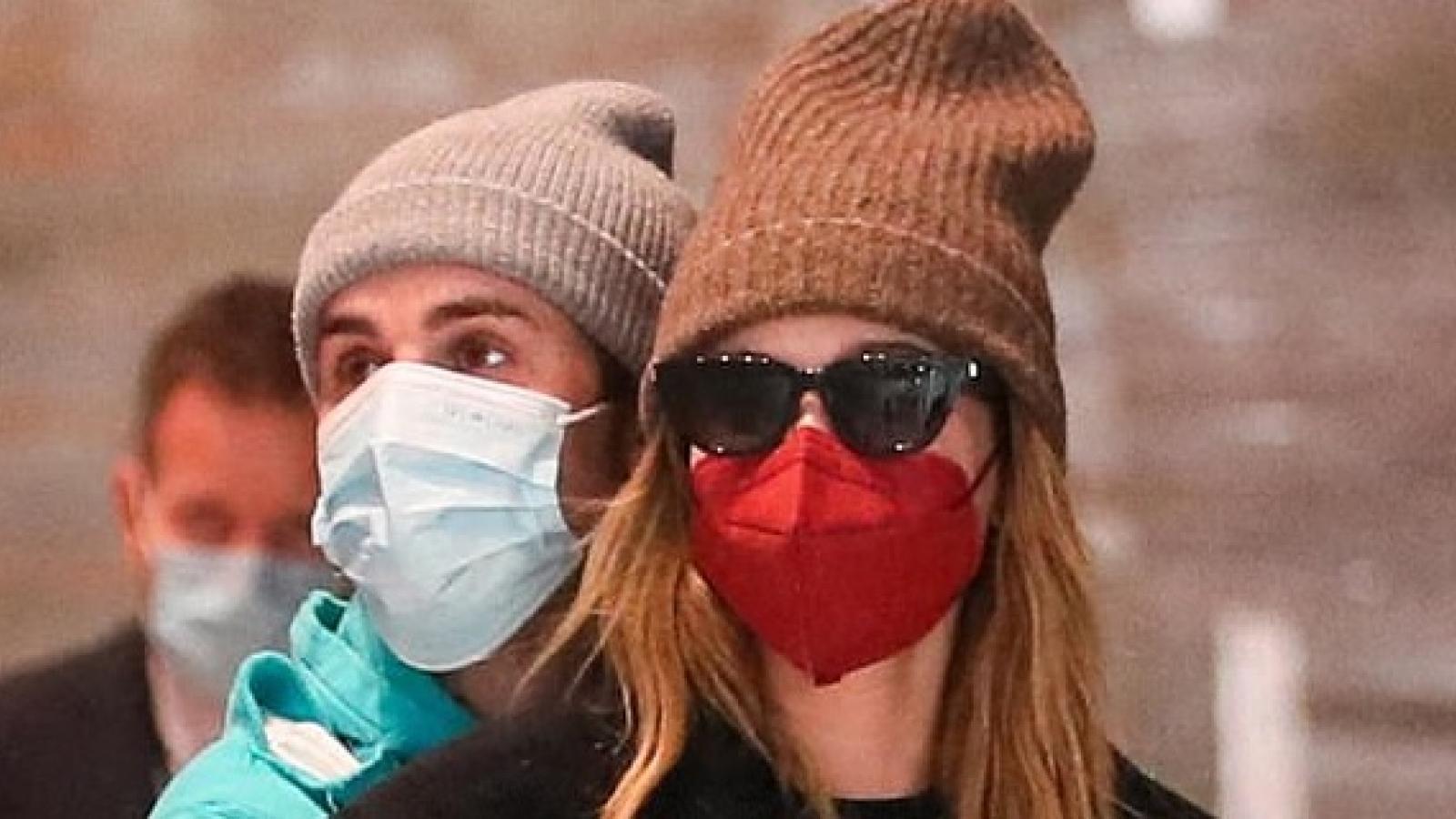 Justin Bieber tình tứ ôm vợ tại sân bay ở Paris