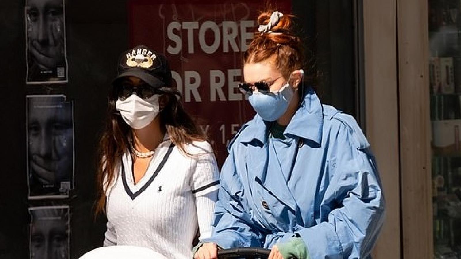 Siêu mẫu Gigi Hadid mặc giản dị đưa con gái đi chơi cuối tuần
