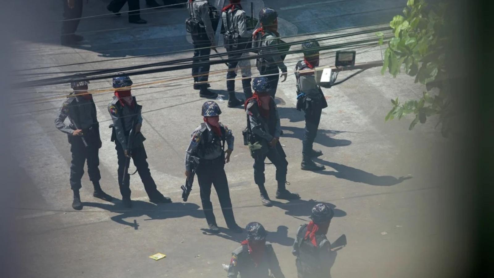 An ninh Myanmar lục soát từng phòng để tìm người biểu tình chống đảo chính