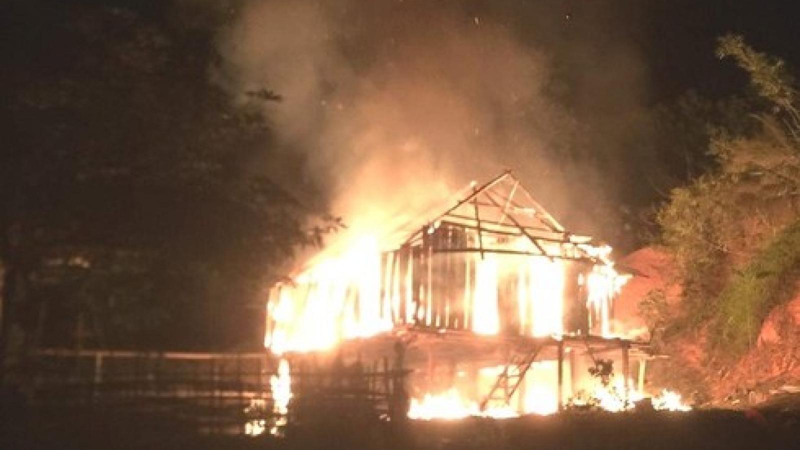 Tạm giữ hình sự nghịch tử đuổi chém bố mẹ rồi phóng hỏa đốt nhà