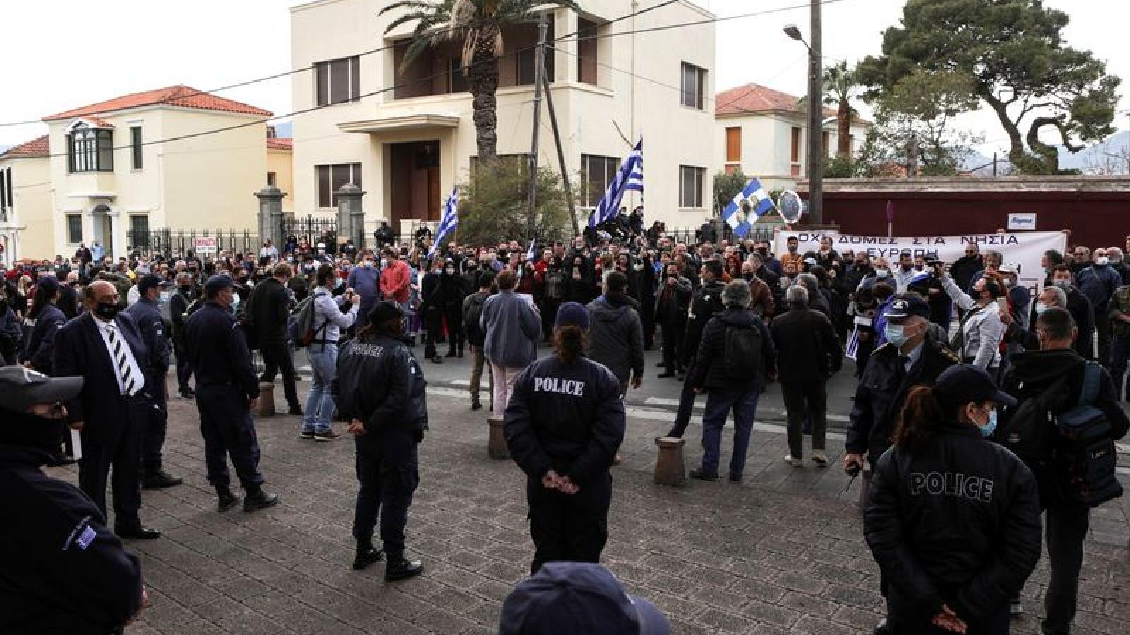 """EU thúc giục Hy Lạp điều tra cáo buộc về """"đối xử không phù hợp"""" với người di cư"""