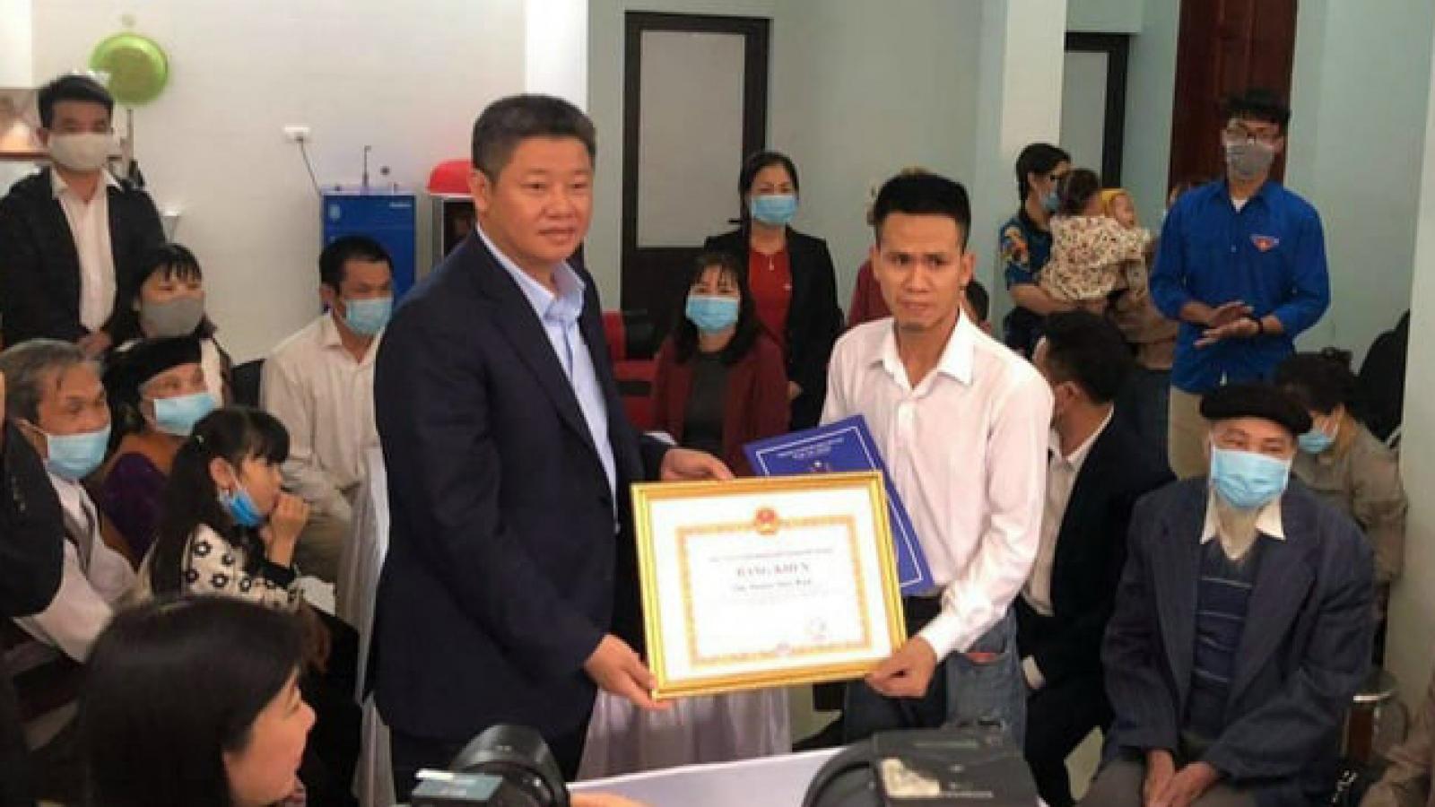 Trao Thư khen và Bằng khen của lãnh đạo TP Hà Nội cho anh Nguyễn Ngọc Mạnh