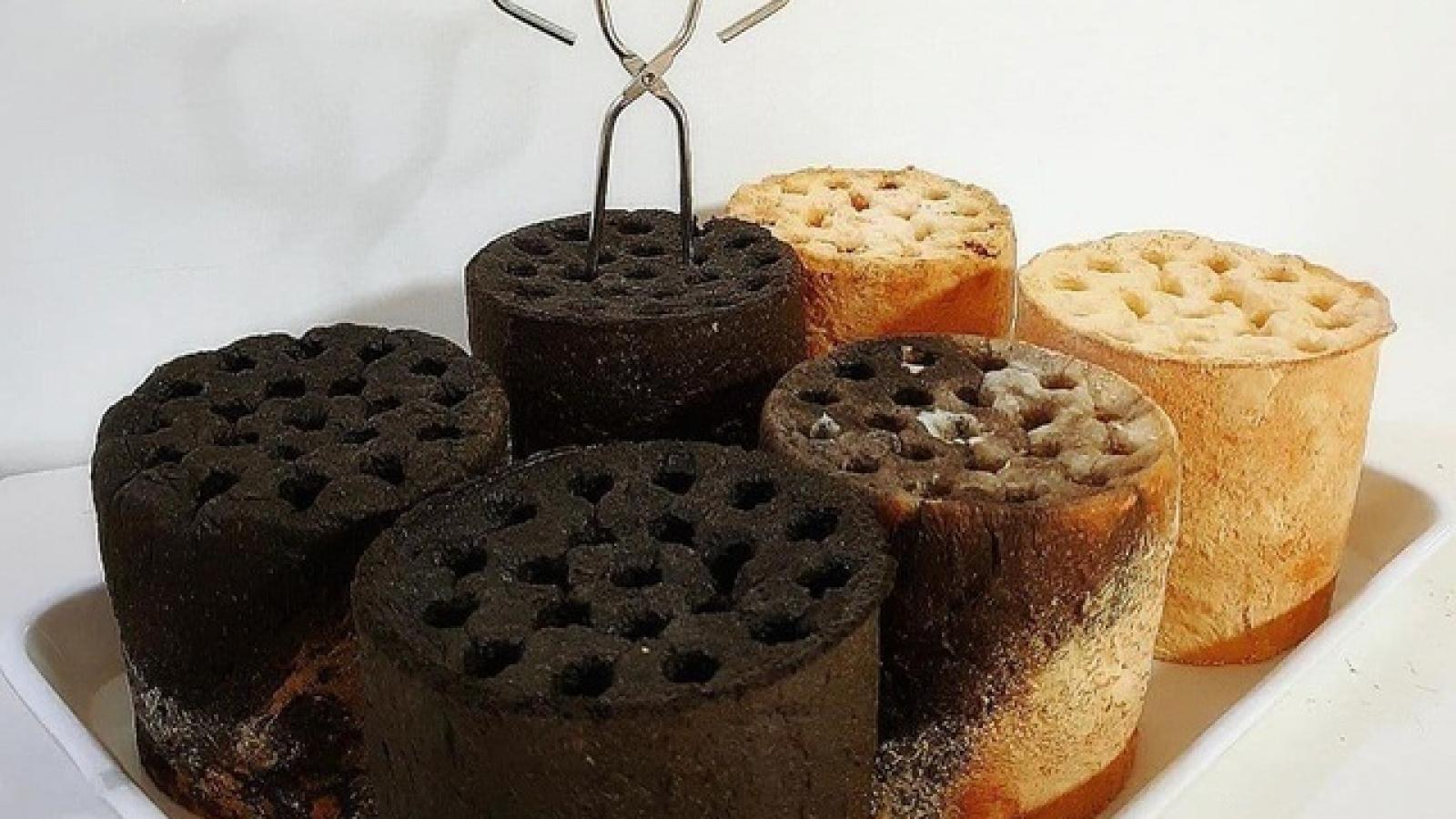 """Khách """"tranh nhau"""" thưởng thức bánh mì than tổ ong"""