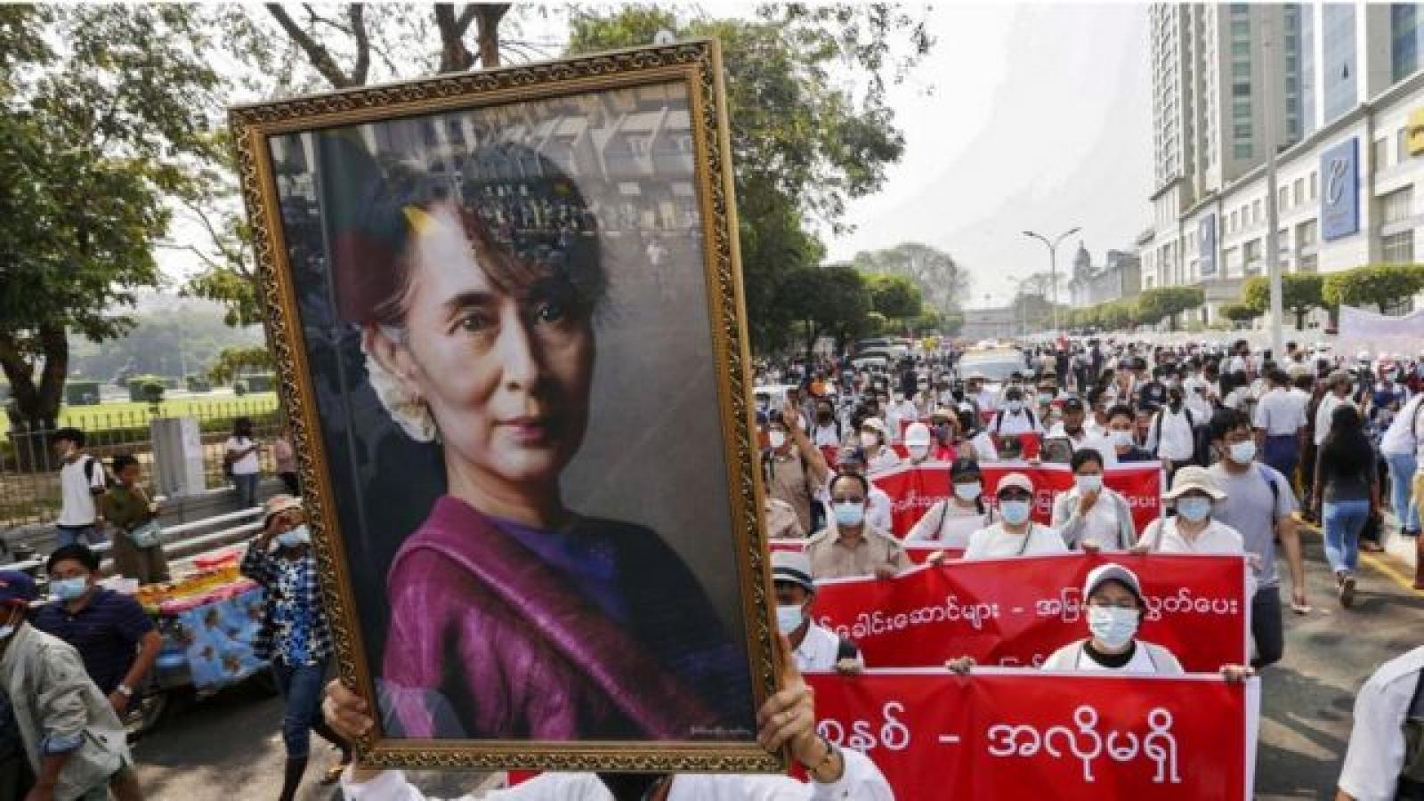 Biểu tình tiếp diễn tại Myanmar, bà San Suu Kyi bị cáo buộc thêm 2 tội danh mới