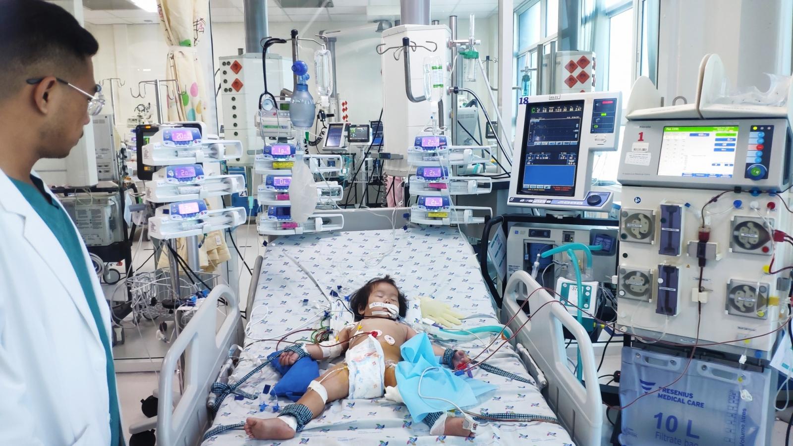 Cứu kịp thời bé gái 15 tháng bị biến chứng tay chân miệng nguy kịch tính mạng