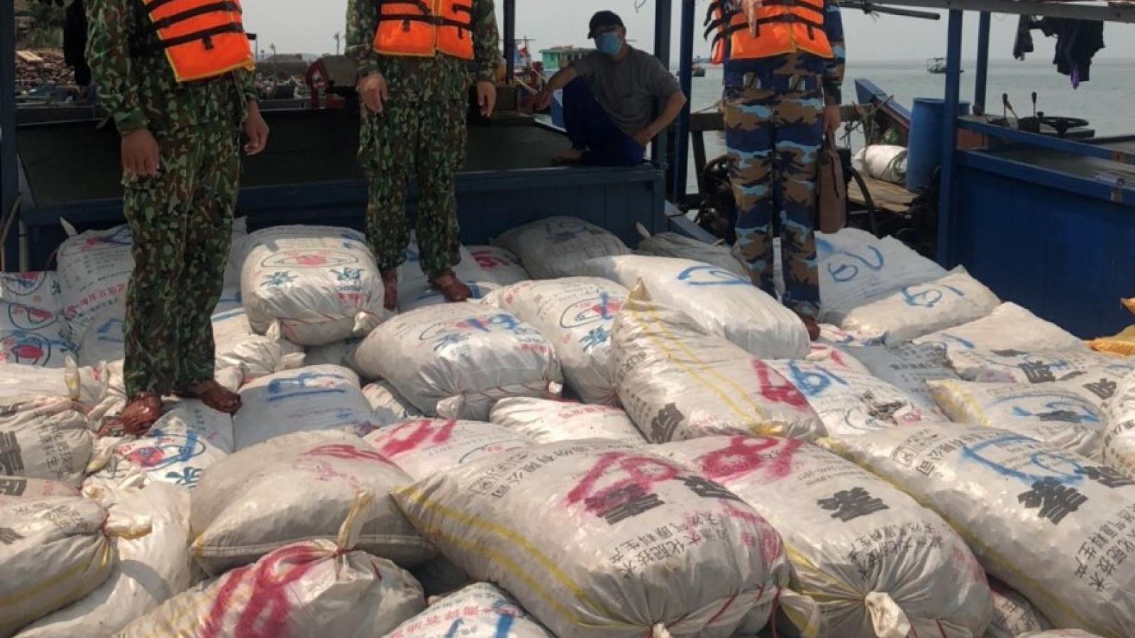 55 tấn ốc điếu bốc mùi bị bắt giữ tại khu vực biên giới