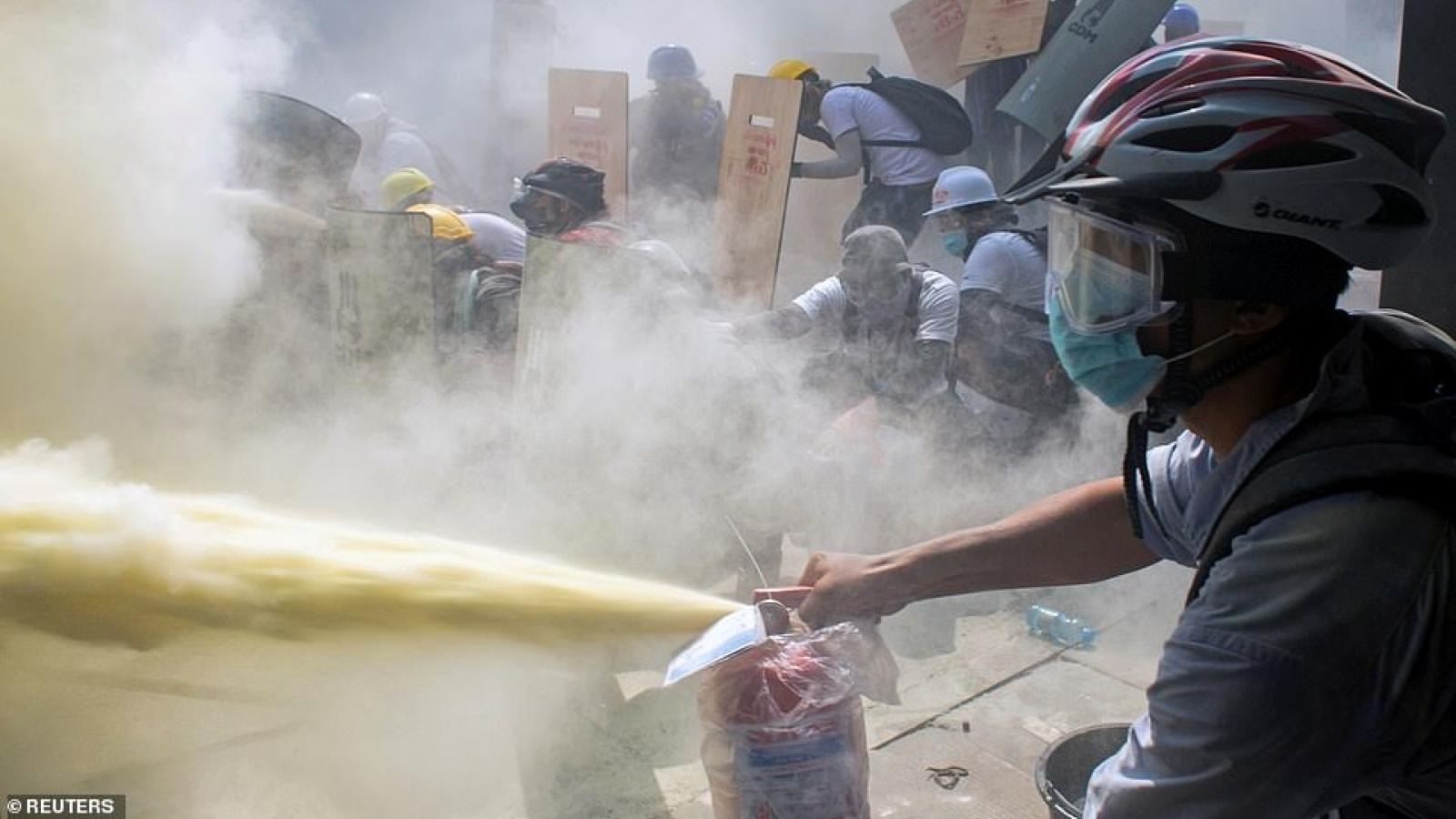 Trận chiến đổ máu giữa người biểu tình và chế độ quân sự Myanmar