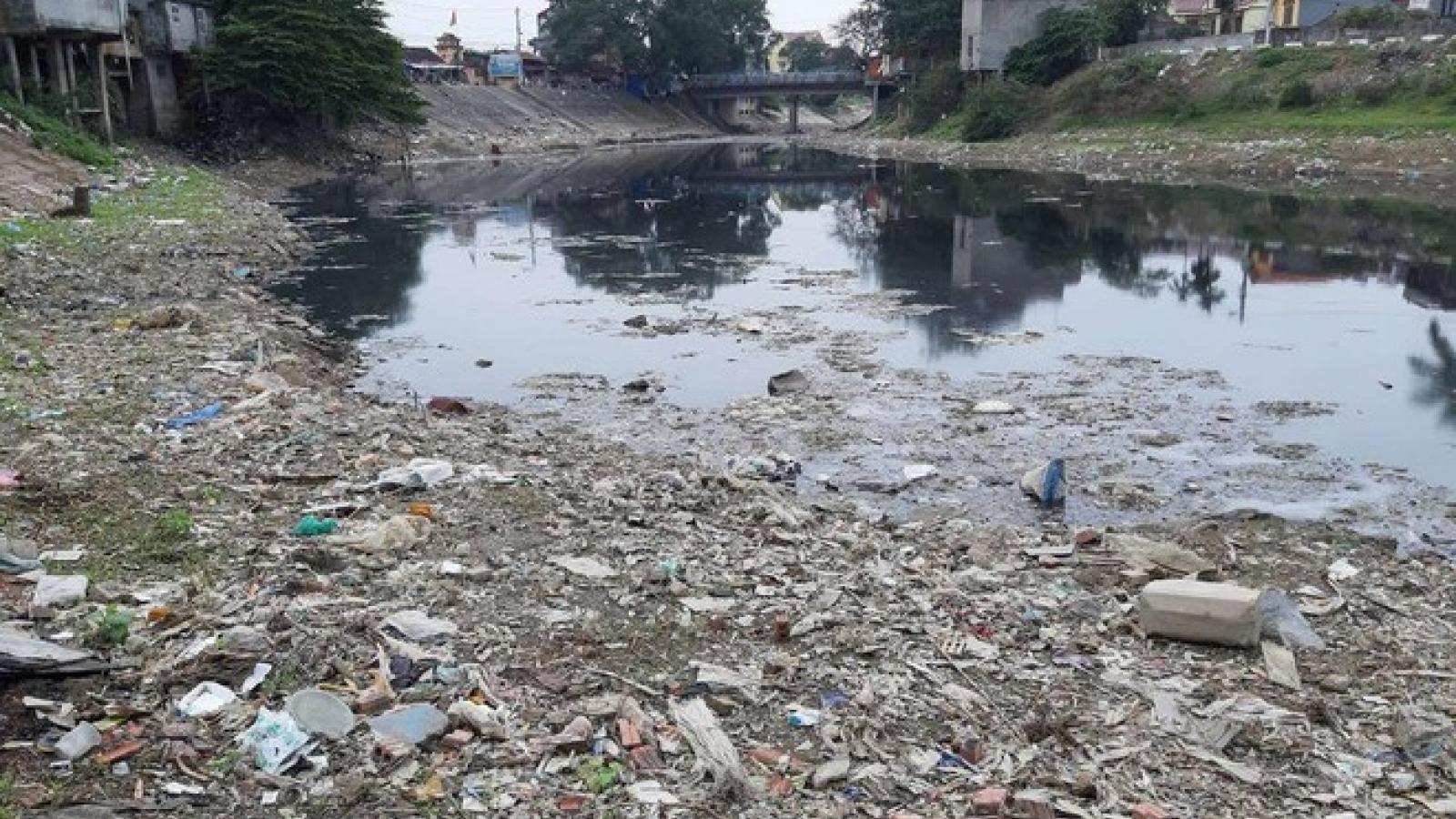 Thủ phạm gây ô nhiễm sông Cầu thách thức cơ quan chức năng