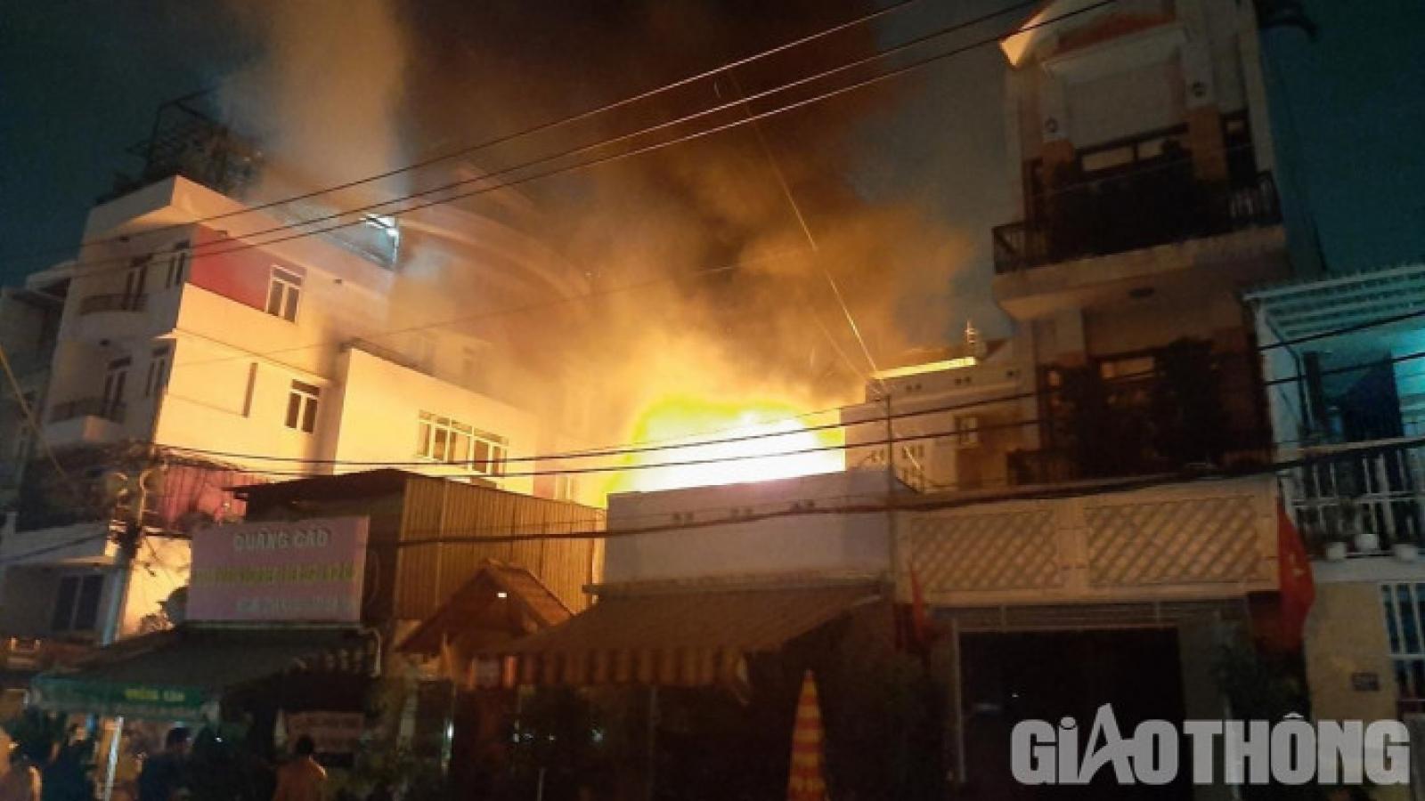 Cháy dữ dội ở cửa hàng đồ cũ trong khu dân cư tại TPHCM