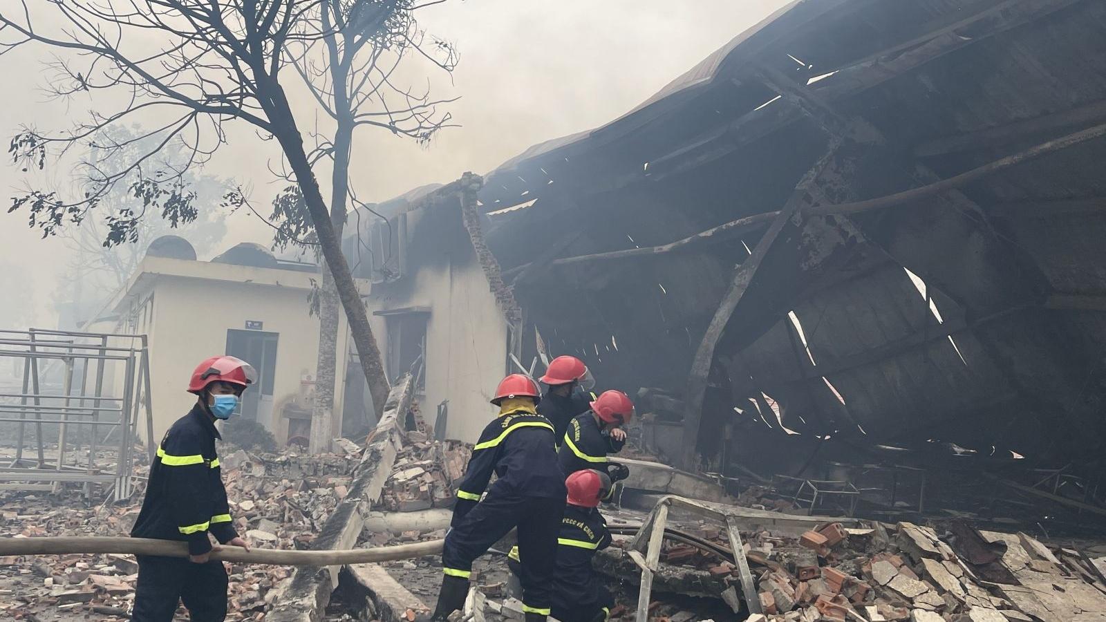 Gần 400 cán bộ, chiến sĩ xử lý đám cháy xưởng may ở Thanh Hoá