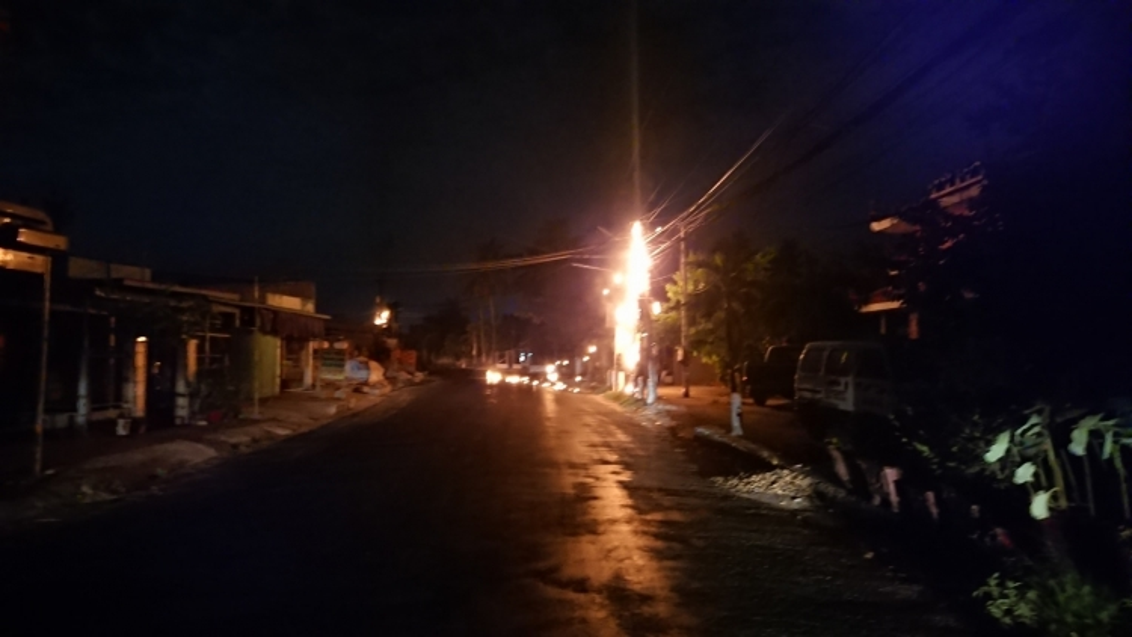 Hàng loạt cột điện bốc cháy kèm theo tiếng nổ lớn giữa đêm khuya