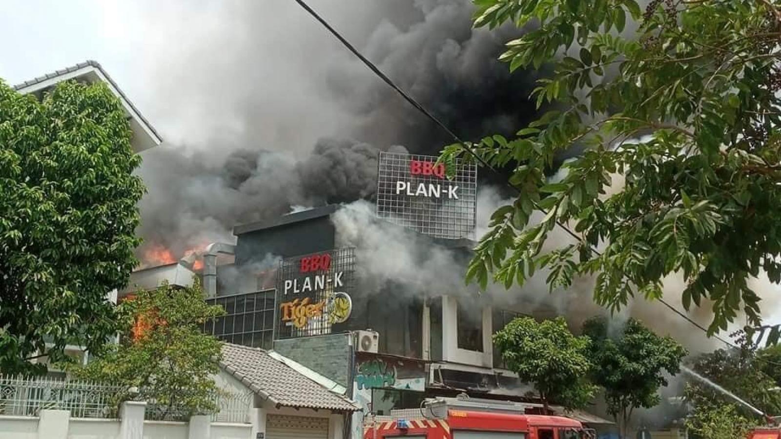 Nhà hàng nướng bốc cháy dữ dội giữa trưa
