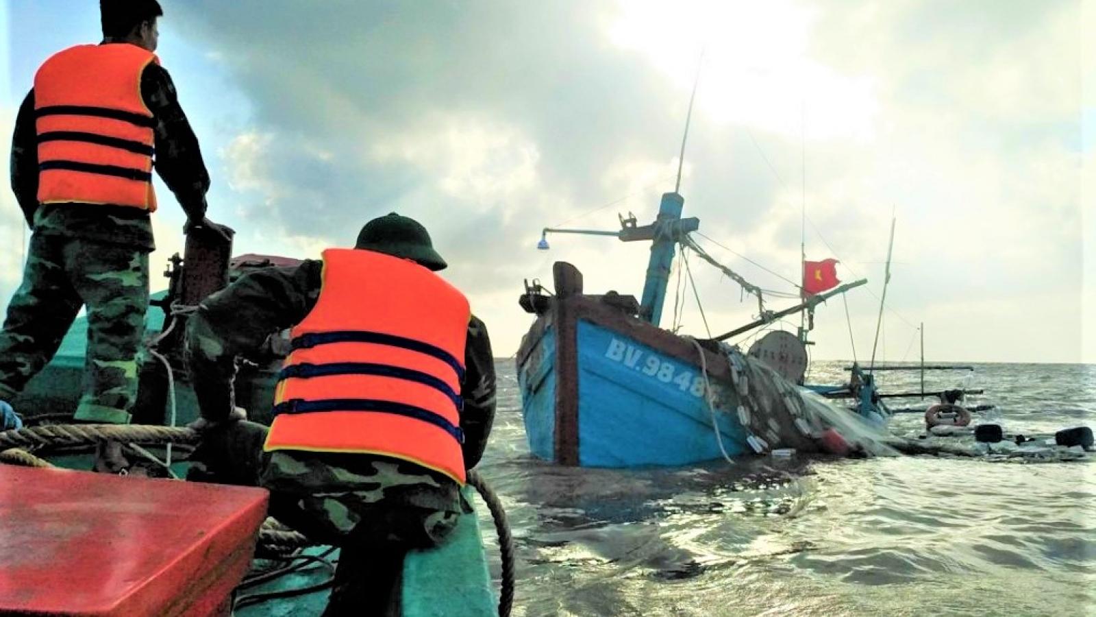 Cứu hộ kịp thời 7 ngư dân bị chìm tàu