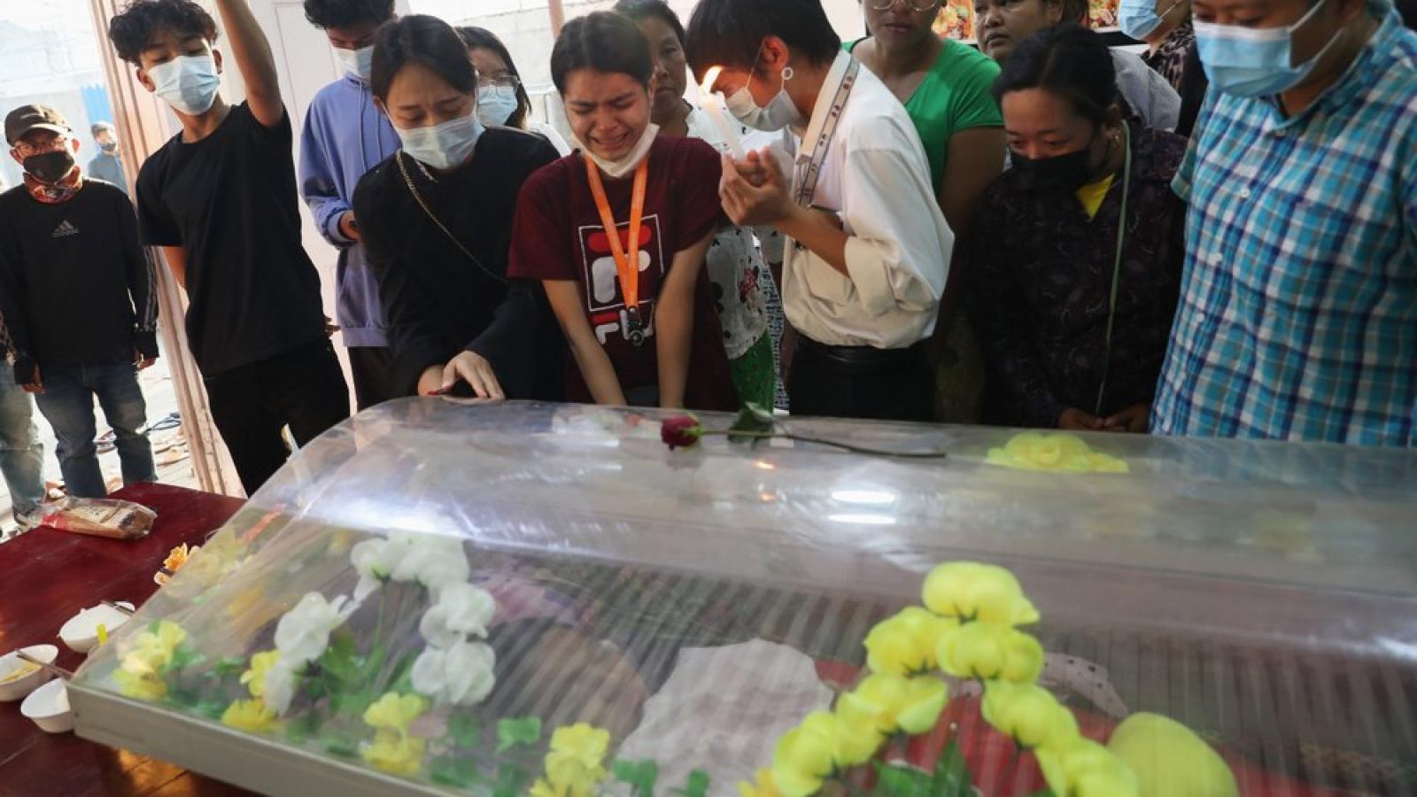 Ám ảnh bức hình nữ sinh viên Myanmar tử vong do bị bắn trúng đầu khi tham gia biểu tình
