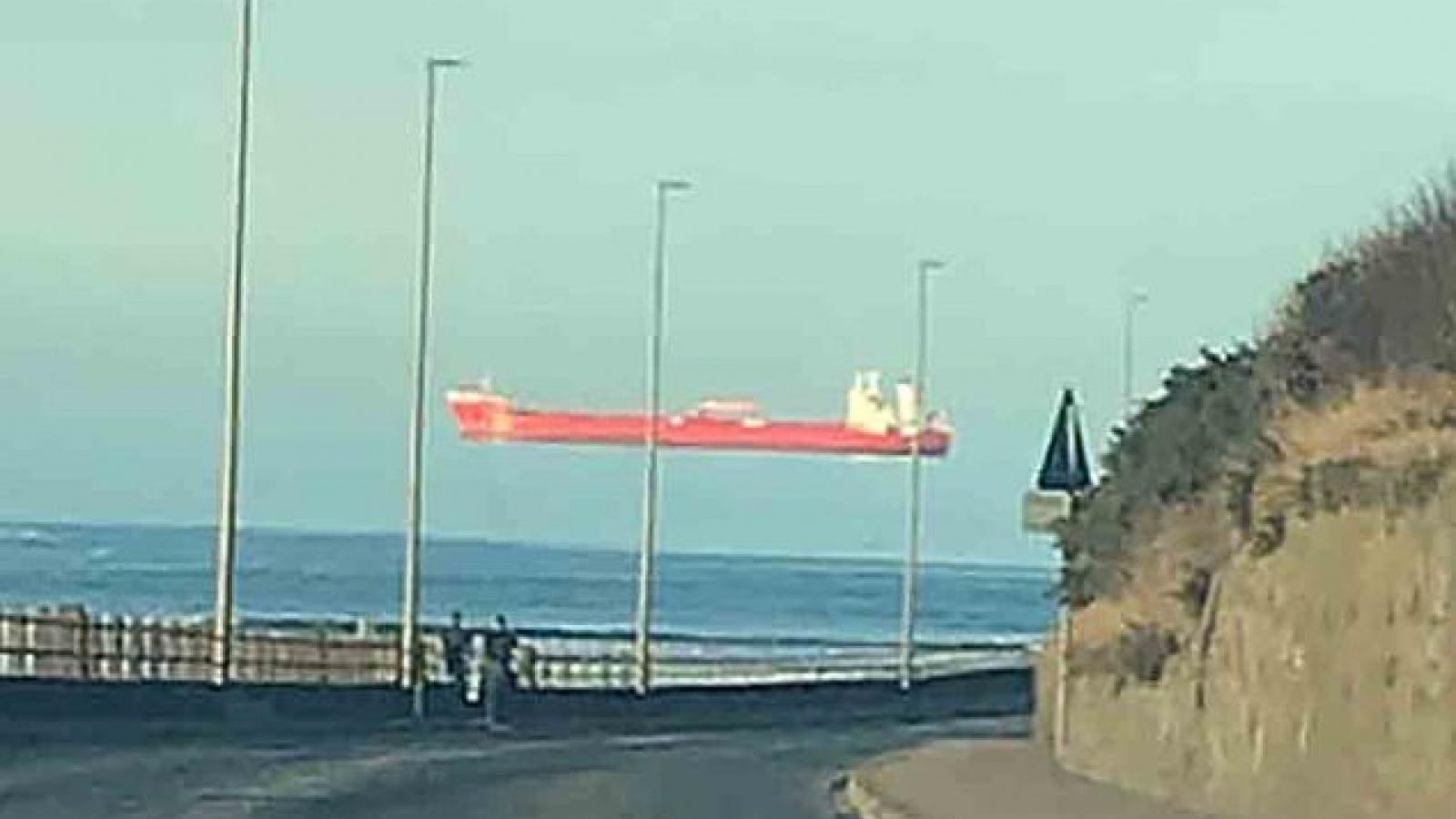 Hiện tượng ảo ảnh khiến con tàu lơ lửng trên mặt biển