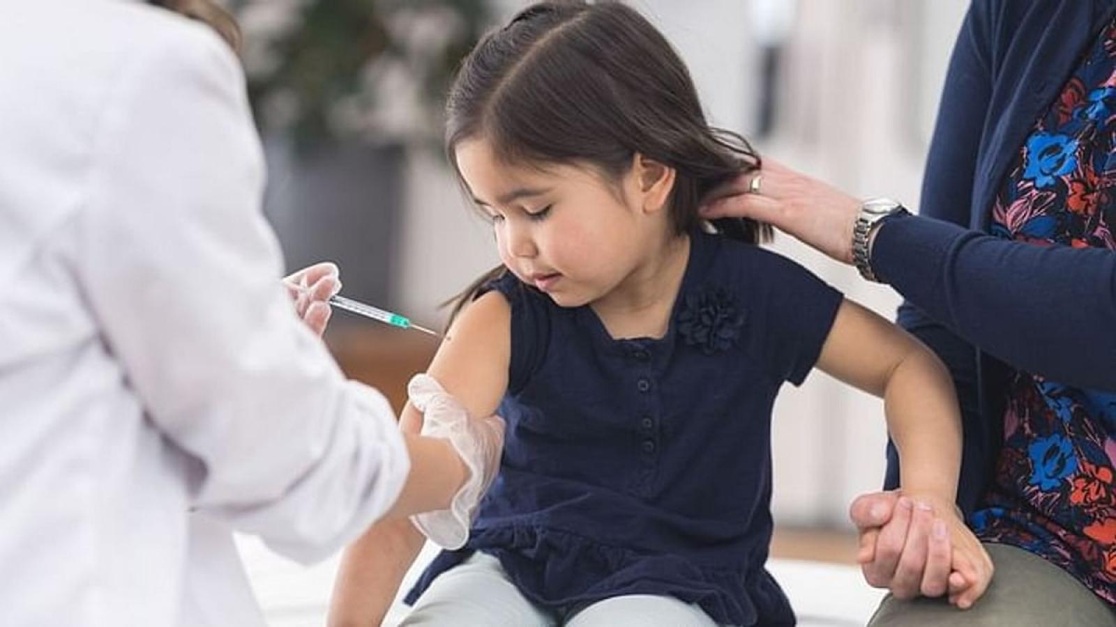 Khi nào trẻ em được tiêm vaccine Covid-19 và liệu có an toàn hay không?