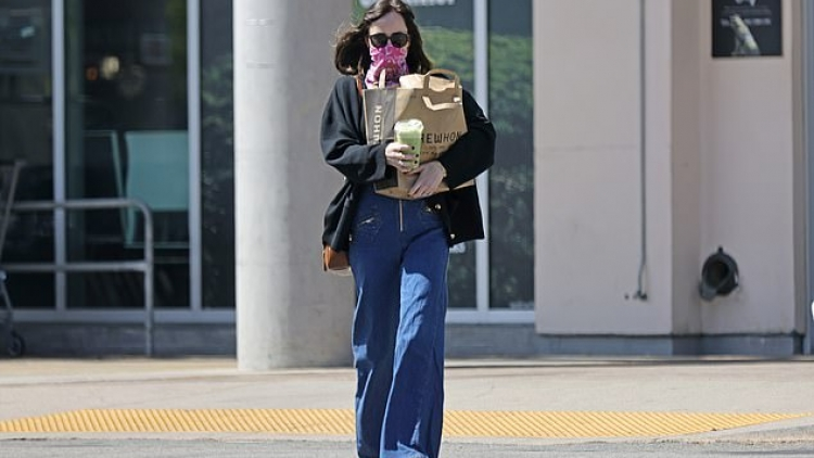 Kiều nữ Dakota Johnson đeo nhẫn ngọc lục bảo, một mình đi mua sắm trước tin đồn đính hôn