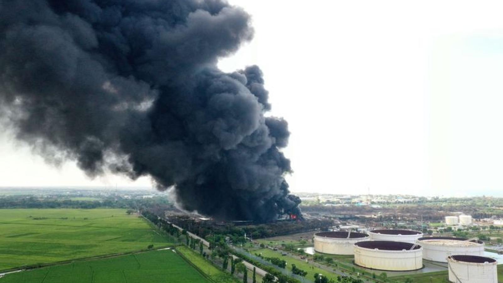 Nhà máy lọc dầu ở Indonesia tiếp tục bùng cháy dữ dội ngày thứ 2