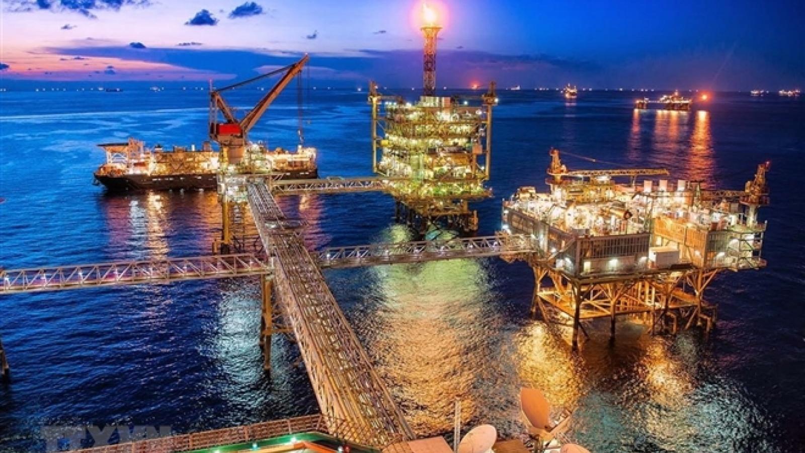 Giá dầu thô tăng mạnh, lên 'đỉnh' 1 năm qua