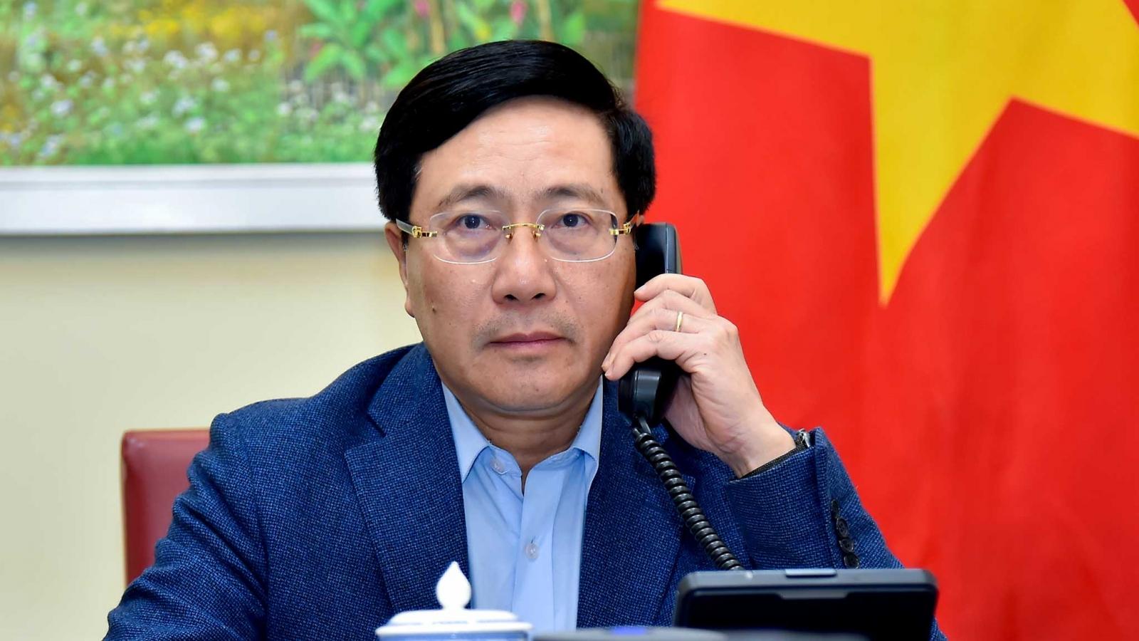 Phó Thủ tướng, Bộ trưởng Ngoại giao Phạm Bình Minh điện đàm Bộ trưởng Ngoại giao Singapore
