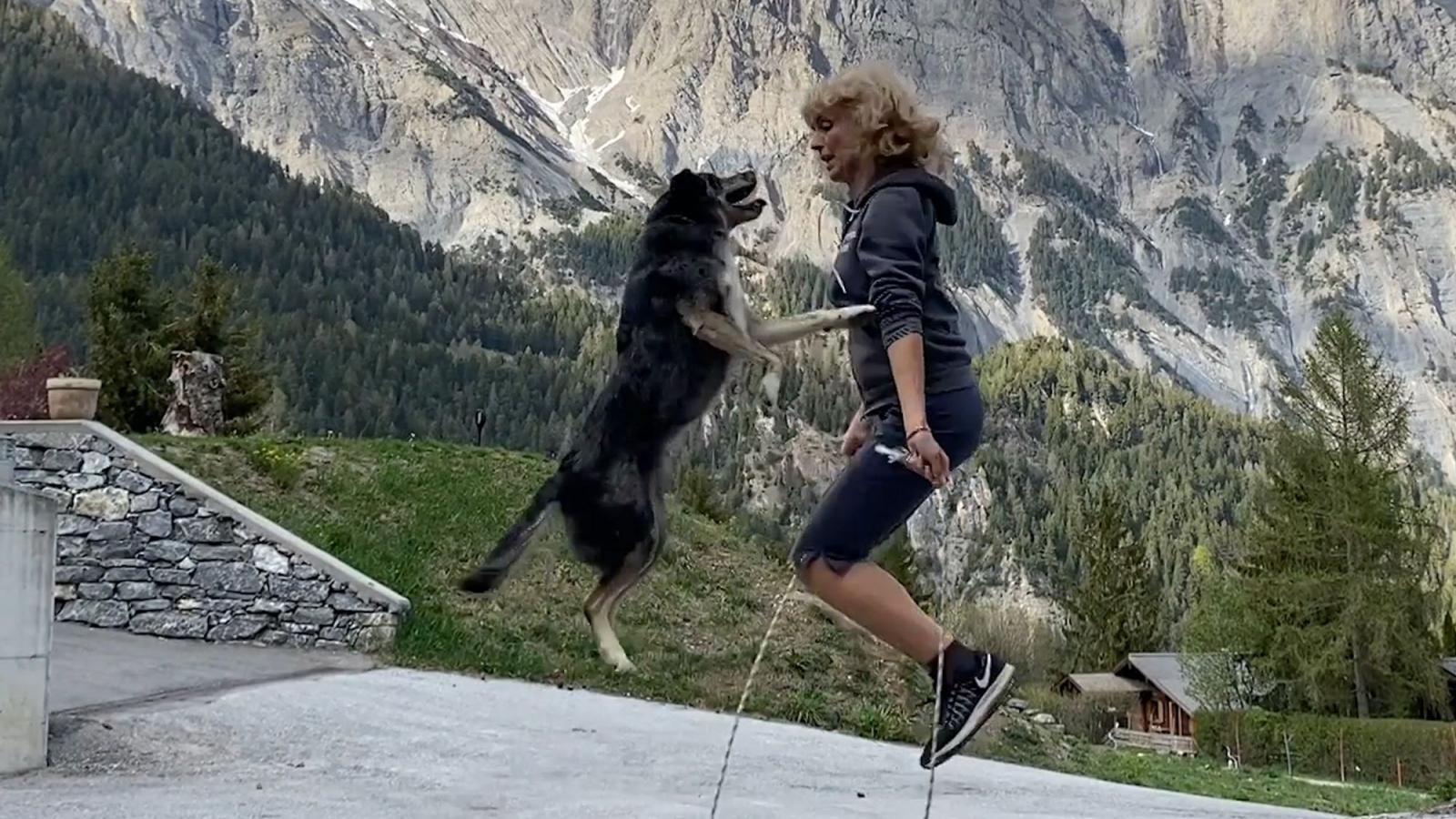 Cún cưng trổ tài nhảy dây cực đỉnh cùng cô chủ