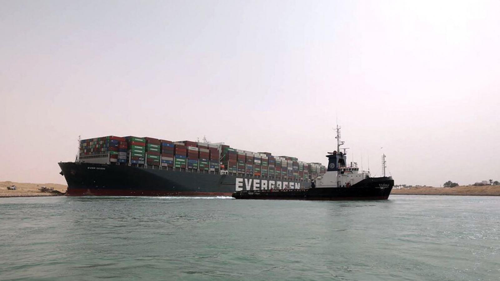 Kênh đào Suez sẽ lưu thông trở lại vào ngày mai nếu cứu hộ thành công
