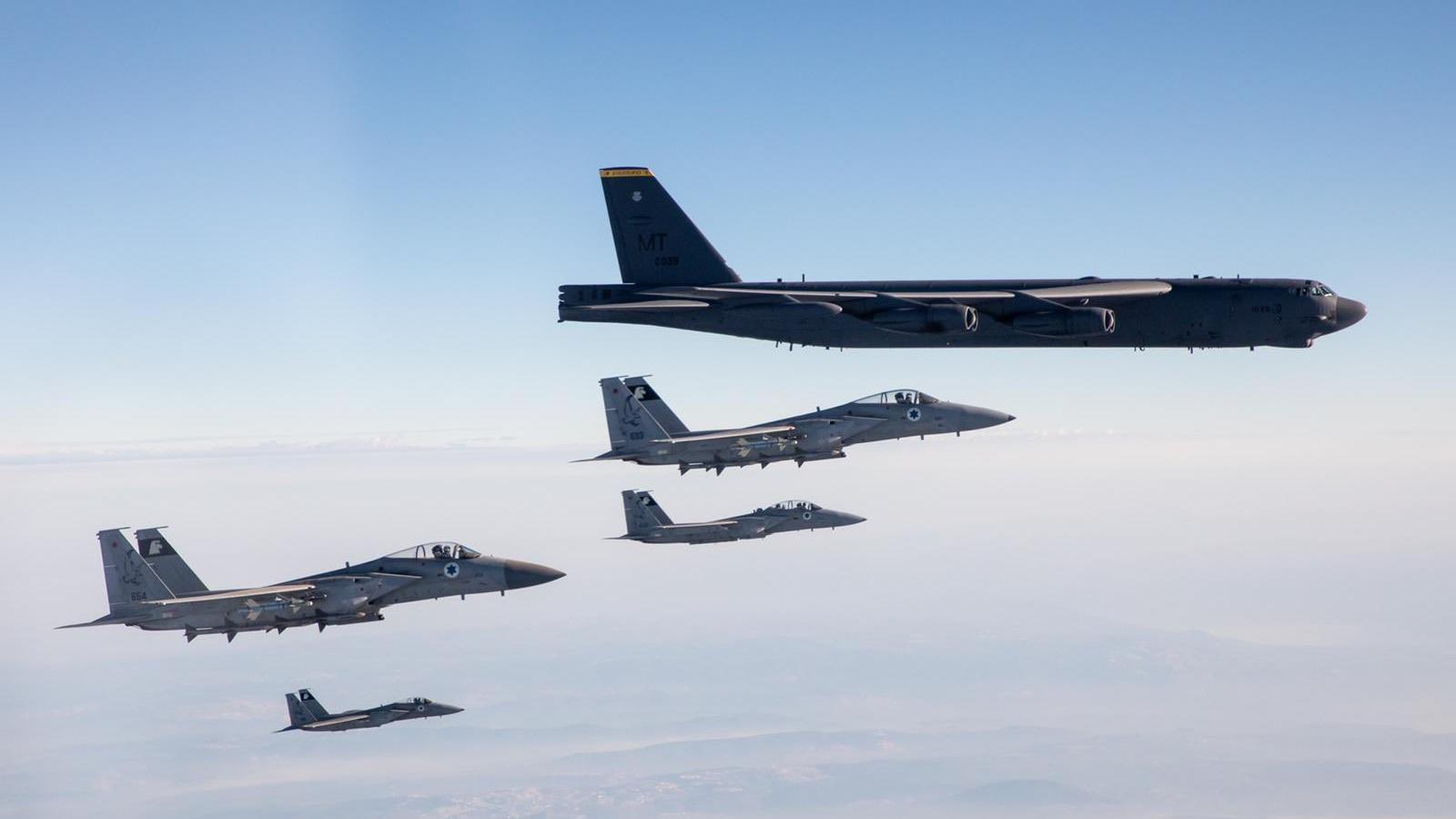 Tiêm kích F-15 Israel bay hộ tống B-52 của Mỹ, phô diễn sức mạnh trước Iran